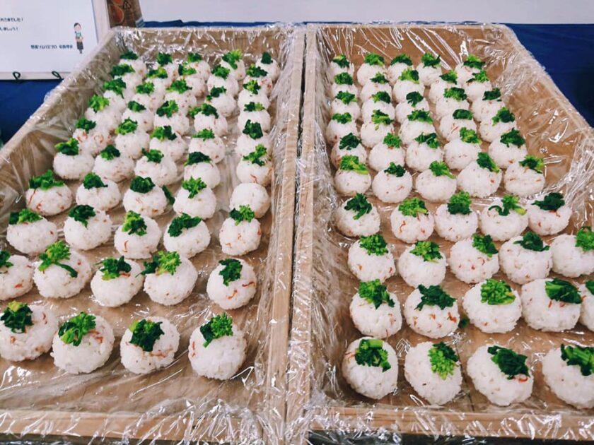南房総カレンデュラ(きんせんか)の花びらと菜花の塩漬けの手まり寿司。せっせと握りました!